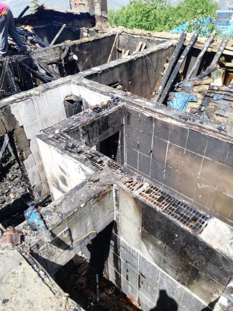 Ermenek'te bir ev tamamen yandı