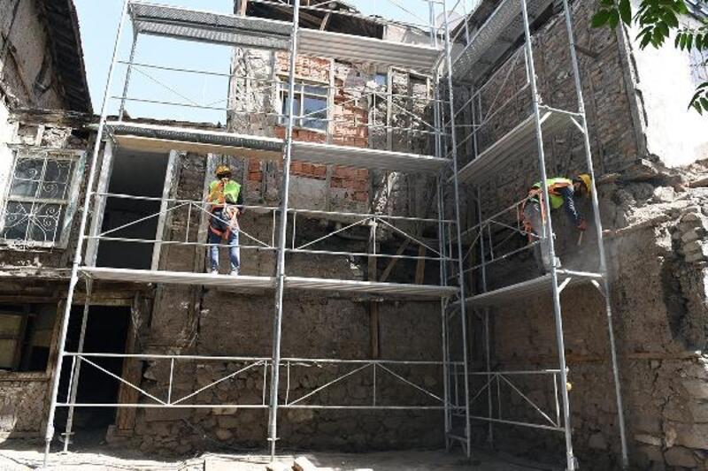 Ankara Kalesi'nde tarihi yapılara restorasyon