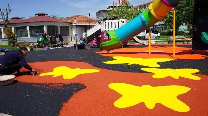 Lüleburgaz'da çocuk parkları, darbe emici zeminle kaplandı