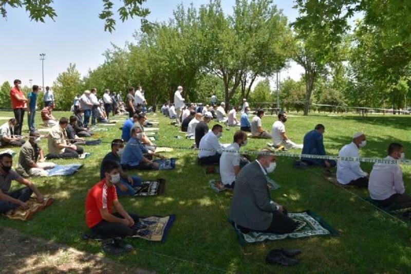 Nevruz Park'ta sosyal mesafeli cuma namazı
