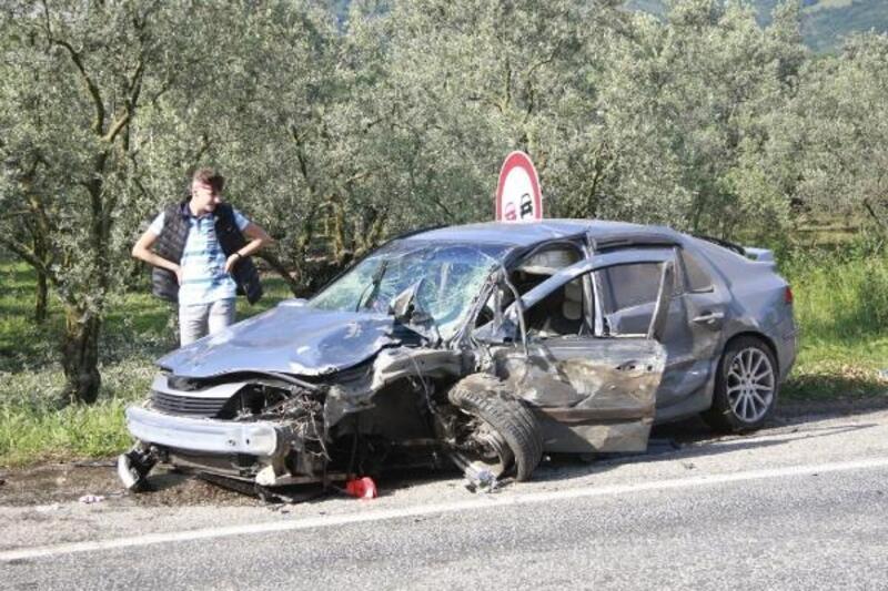 Bursa'da, otomobil ile hafif ticari araç kafa kafaya çarpıştı; 3 yaralı