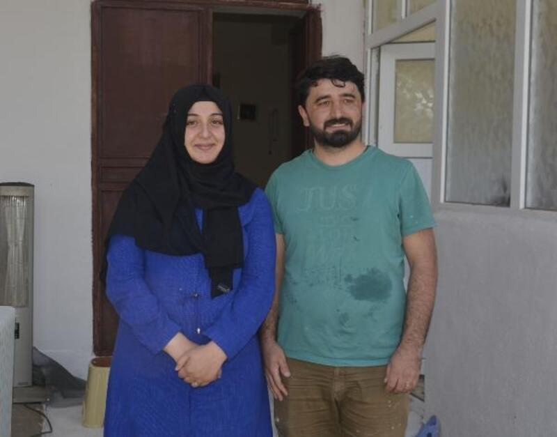 İmam ve öğretmen eşi camiyi boyayıp temizliyor