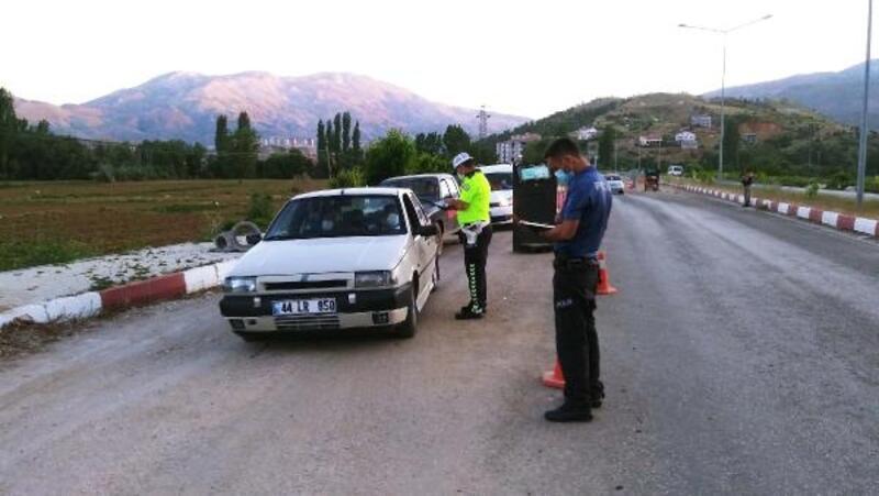 Çelikhan'da, polisten vatandaşa maske uyarısı