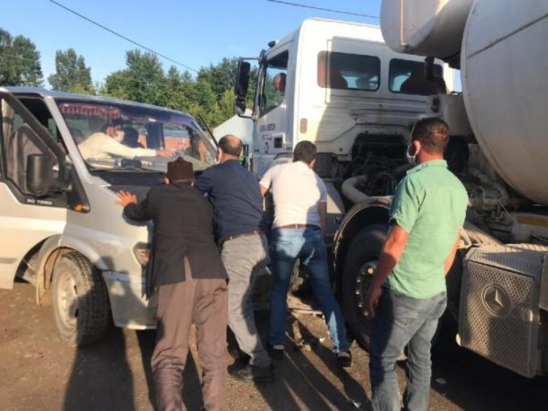 Minibüs ile beton mikseri çarpıştı: 2 yaralı