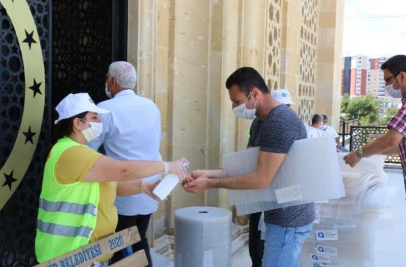 Büyükşehir, cuma namazı için 7 bin seccade alttığı dağıttı