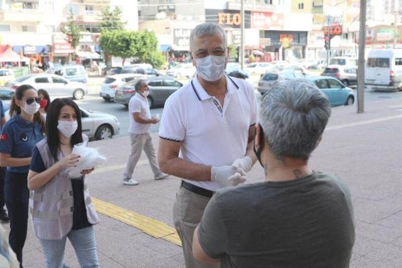 Belediye Başkanı maske dağıttı