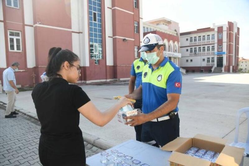 Büyükşehir'den LGS'ye giren öğrencilere su, maske ve kalem