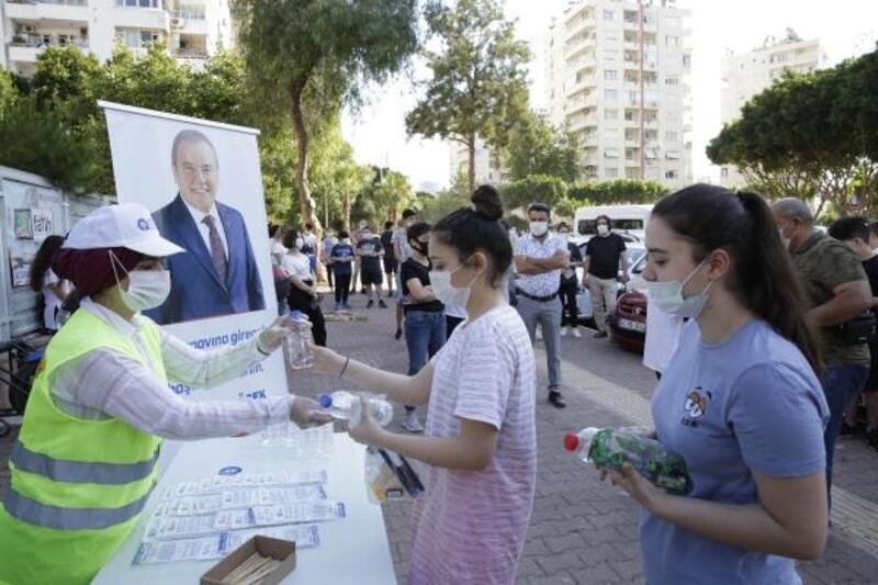 Büyükşehir, LGS öncesi öğrencilere maske, su ve kalem dağıttı