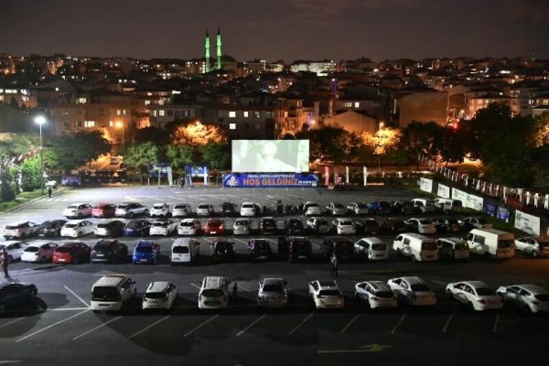 Bahçelievler'de açık havada 'arabalı sinema' gecesi