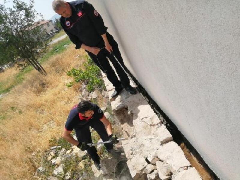 İki duvar arasına sıkışan köpeği, itfaiye kurtardı