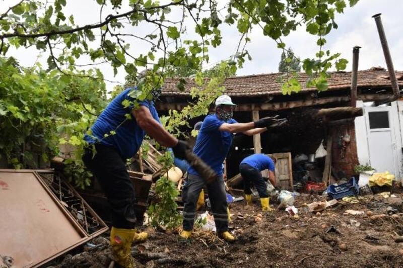 Osmangazi Belediyesi ekipleri, sel bölgesinde çalışmalarını sürdürüyor