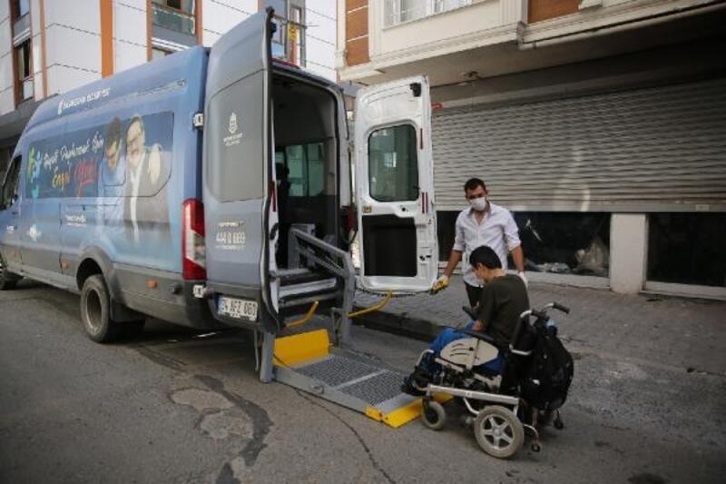 YKS'ye giren engelli vatandaşları özel araçları ile okula ulaştırdı