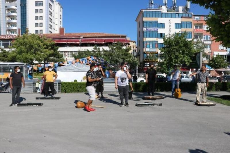 Niğde'de müzisyenler eğlence merkezlerinin açılması için eylem yaptı