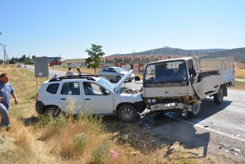 Ciple kamyonet çarpıştı: 4 yaralı