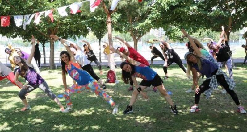Bayraklı'da sosyal mesafeli 'Zumba'