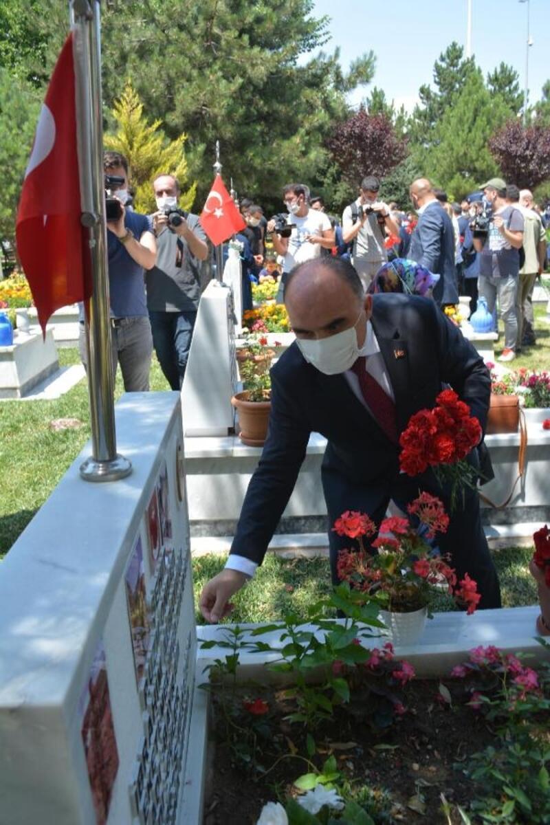 Kayseri'de şehit mezarlarına karanfil bırakıldı