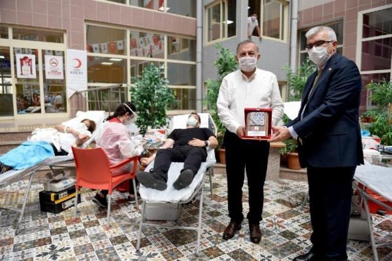 Seyhan Belediye personelinden Kızılay'a kan bağışı