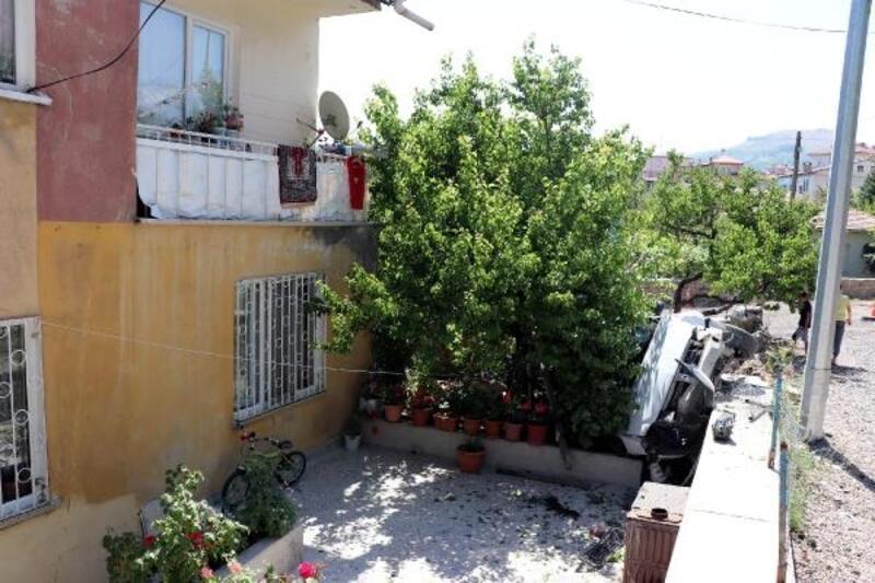 Kayseri'de otomobil evin bahçesinde devrildi: 1 yaralı