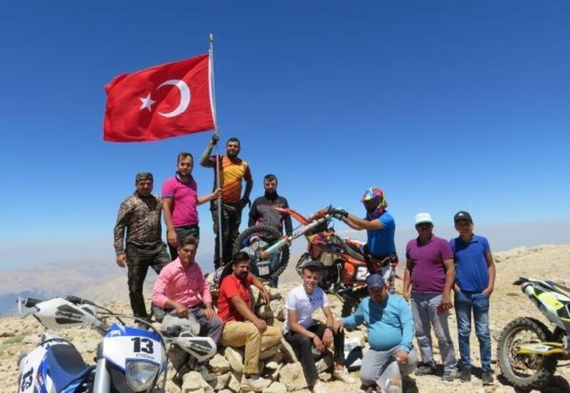 Uyluk Tepe'ye şehitler için bayrak