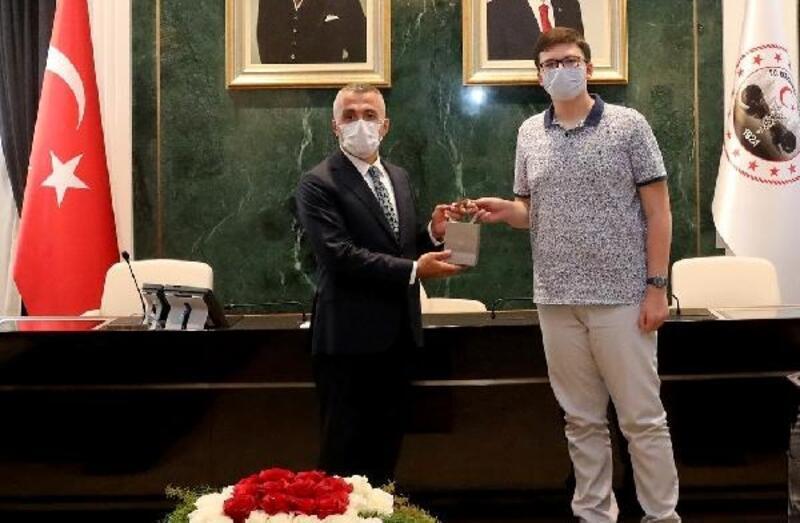 LGS'de tam puan alan iki öğrenciye Kırklareli Valisi'nden altın