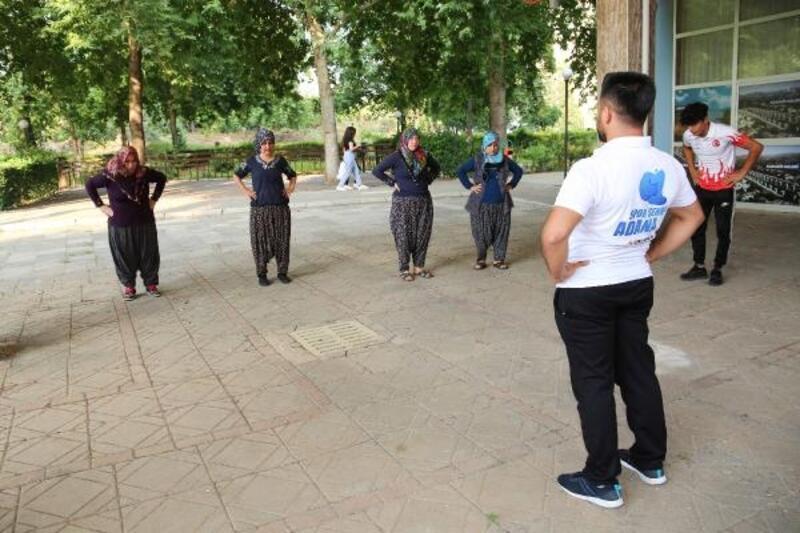 Kozan'da yöresel kıyafetli kadınlara spor eğitimi