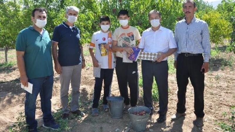 Milli Eğitim Müdürü, bahçede çalışan öğrencileri ziyaret etti
