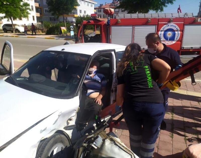 Otomobilde sıkışan sürücüyü itfaiye kurtardı
