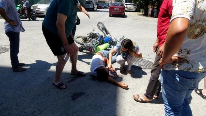 Minibüsle çarpışan motosiklet sürücüsü yaralandı