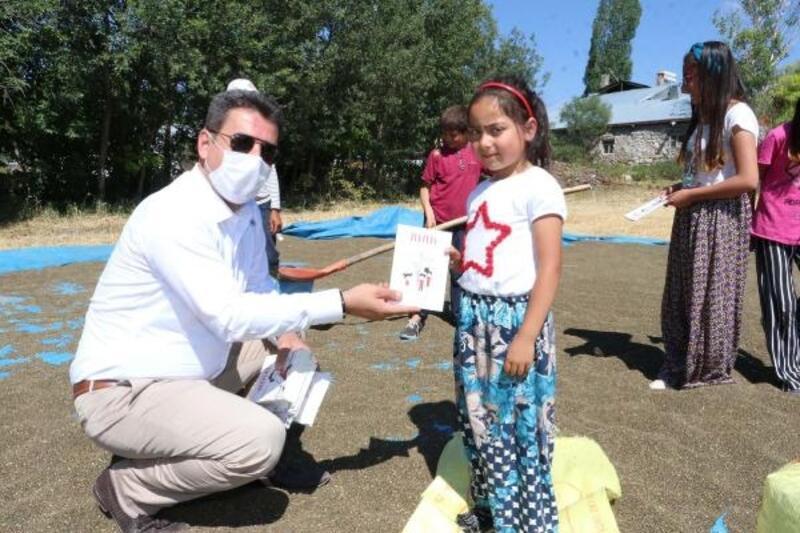 Sivas'ta öğrencilere 'Arkadaş' kitabı hediye edildi