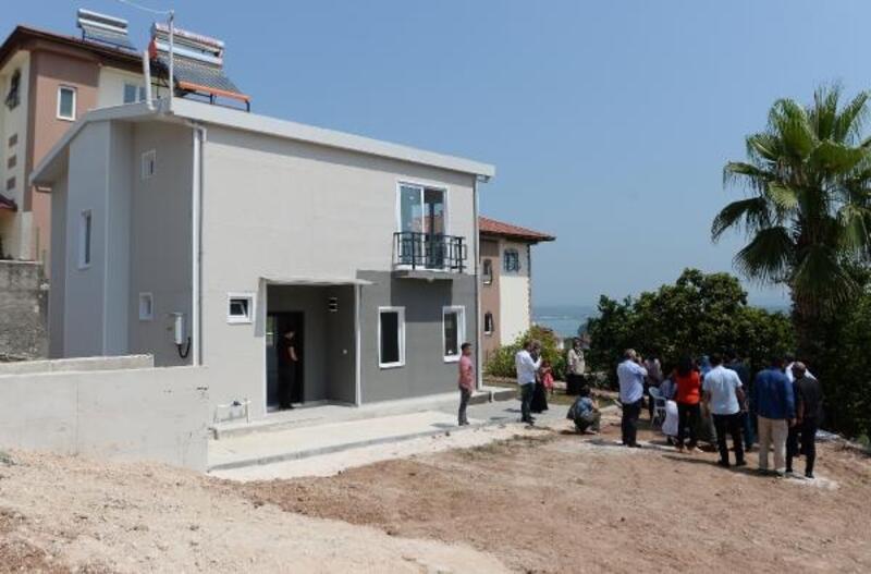 Selde hasar görüp yıkılan ev, yeniden inşa edilip aileye teslim edildi
