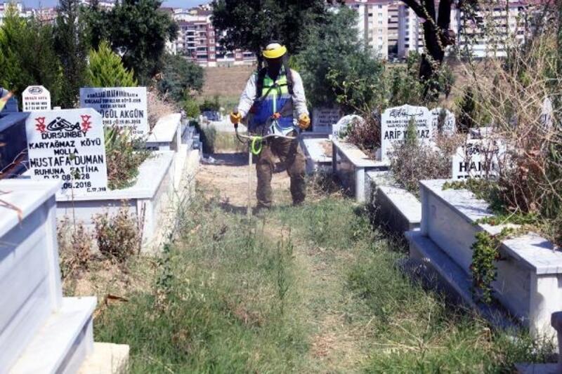 Bursa'da mezarlıklarda bayram temizliği