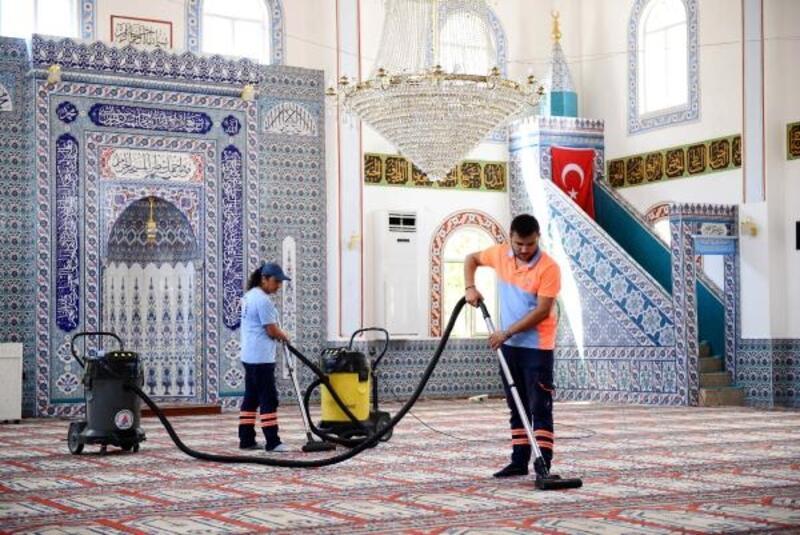 Muratpaşa'daki camilerde bayram temizliği