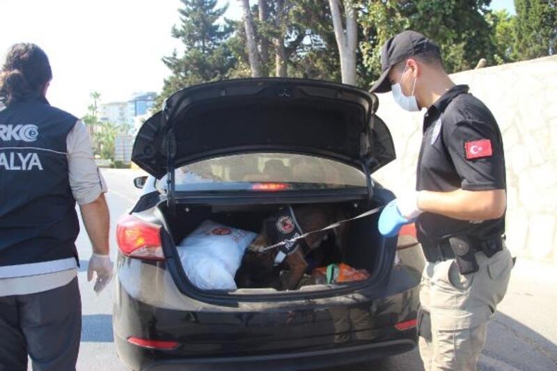 Alanya'da trafik denetimine katılan Kaymakam Ürkmezer, sürücülerle bayramlaştı