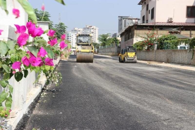 Toroslar'da yol yapım ve asfalt çalışması devam ediyor