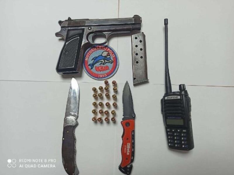 Polisin şüphe üzerine durdurmak istediği otomobilde, tabanca, bıçak ve telsiz ele geçirildi