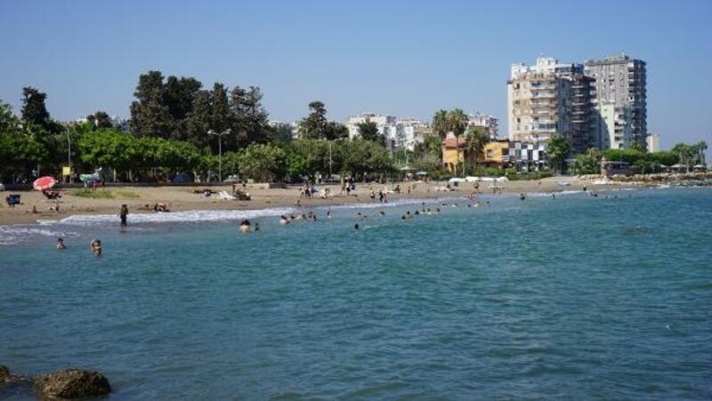 Mezitli'de denize girenlere sosyal mesafeye uyarısı