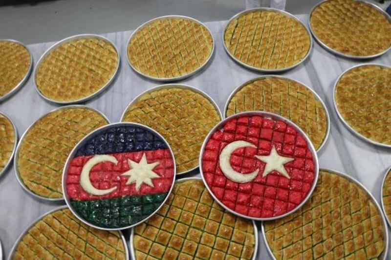 Azerbaycan'a bayraklı baklava ile destek oldu
