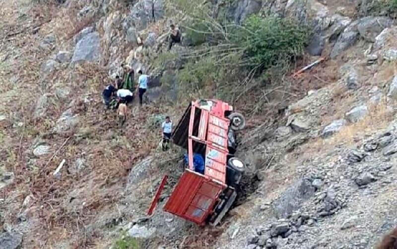 Mersin'de uçuruma yuvanlanan kamyon sürücüsü ve eşi yaralandı