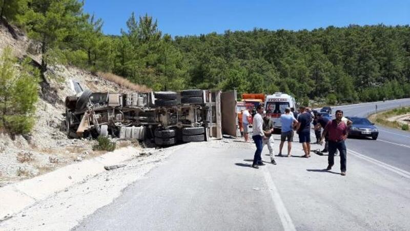 Taş yüklü kamyon devrildi, sürücü yaralandı
