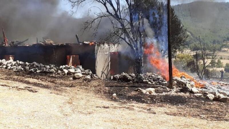 Arazide başlayan yangın eve sıçradı