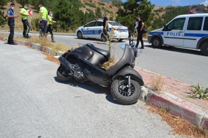 Motosiklet refüje çarptı: 1 yaralı