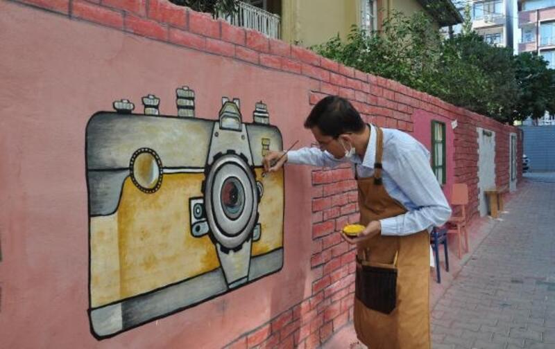 Çizdiği resimlerle duvarları renklendiriyor