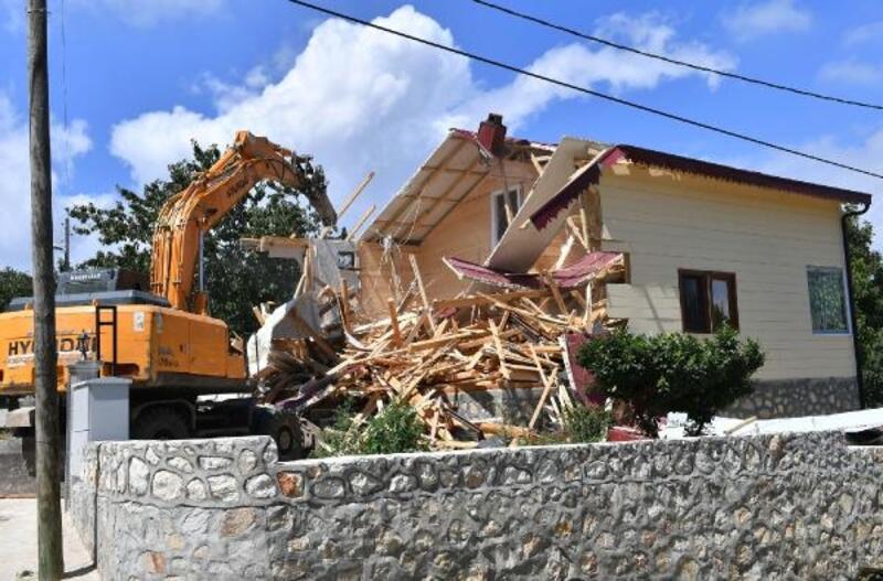 Uludağ'da kaçak villa yıkıldı