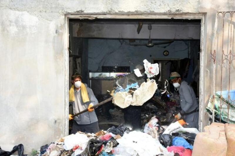 Tarsus'ta metruk bir evden 8 kamyon çöp çıkarıldı