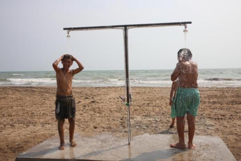 Karaduvar sahiline duşlar yerleştirildi