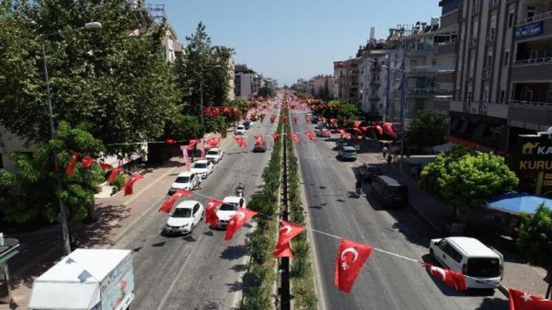 Konyaaltı Türk bayraklarıyla donatıldı