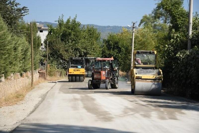 Çilek üreticileri beton yol ile tozdan kurtuldu
