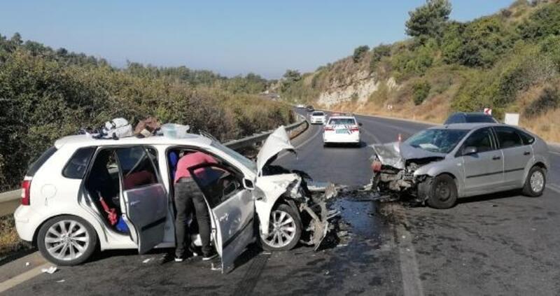 2 otomobilin çarpıştığı kazada, aynı aileden 4 kişi yaralandı