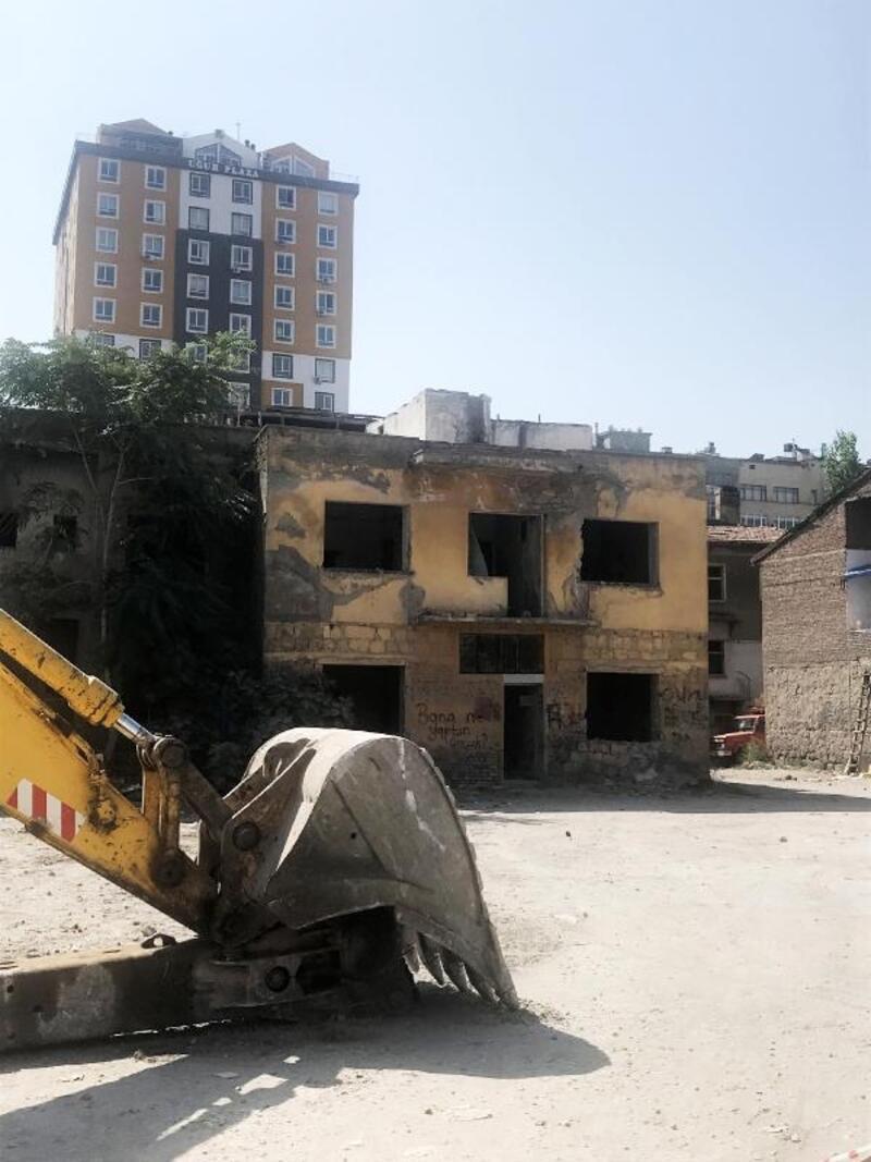 Kayseri'de metruk binalar yıkılıyor