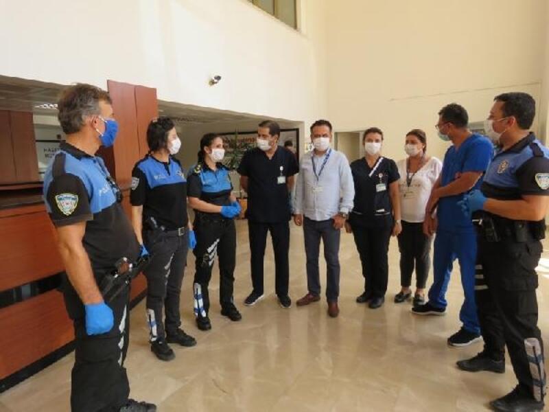 Polisten sağlık çalışanlarına moral ziyareti